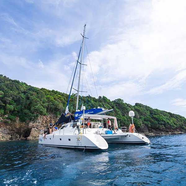 saliing-catamaran-maiton-island-seeking-dolphin-boutique-seafeast-phuket-6