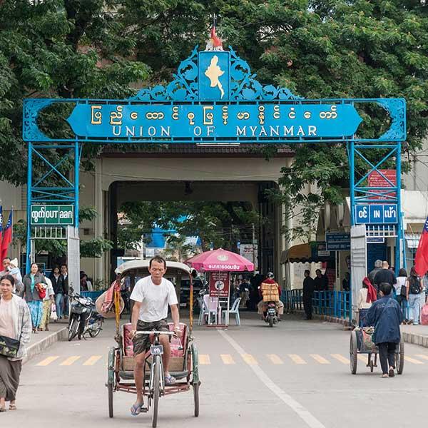 amazing-holiday-city-tour-chiang-mai-chiang-rai-long-neck-white-temple-2